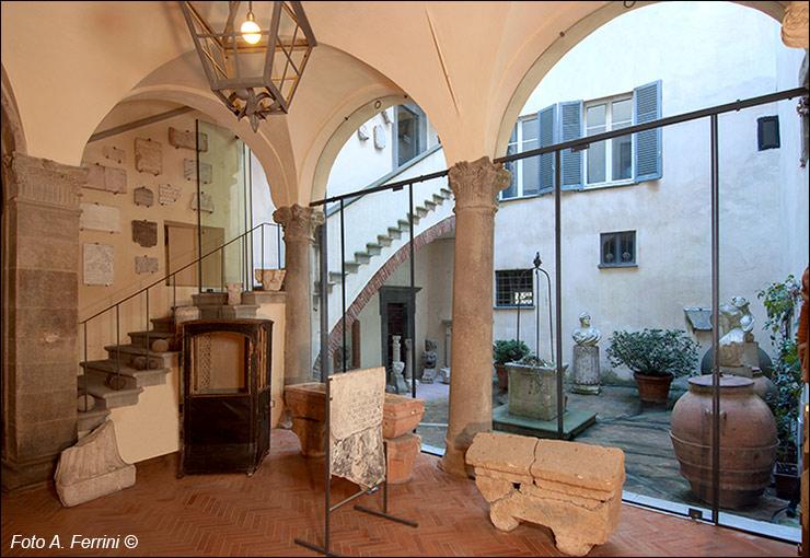 Il cortile del pozzo nella casa museo ivan bruschi for Piani casa del cortile