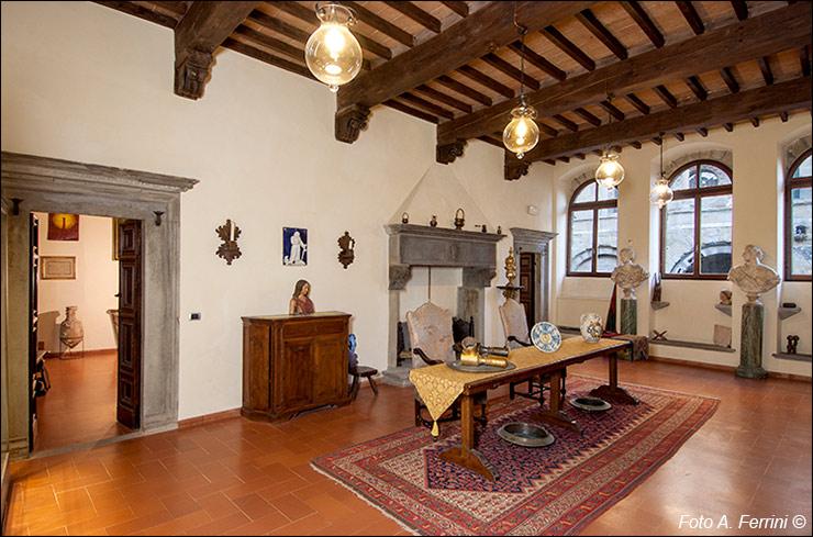 La sala del camino al primo piano della casa museo bruschi for Piani della casa del barndominio